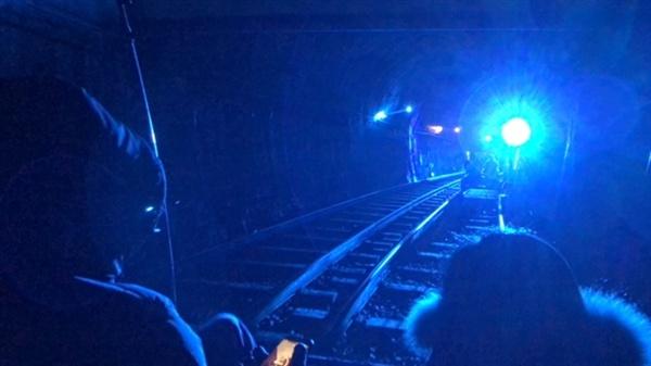 클럽 분위기의 터널 다양한 테마의 터널을 지나는 재미가 있다.