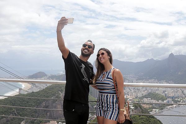 '슈가로프' 산에서 리우데자네이루를 배경으로 셀카를 찍는 커플 모습. 사진 좀 찍겠다고 말했더니 기꺼이 응해줬다