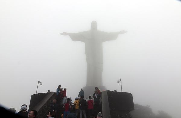 비가오고 안개가 잔뜩끼어 리우데자네이루의 랜드마크인 예수상과  시가지 모습을 제대로 볼 수 없었다. 다행인 것은 오후 늦게 비가 개어 '슈가로프' 산에서 시가지를 구경할 수 있었다.