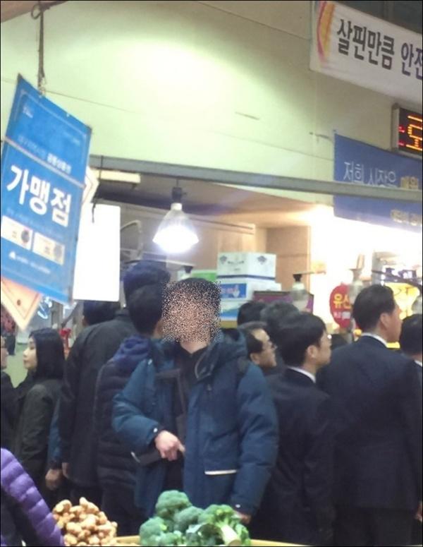 하태경 바른미래당 의원이 24일 '지난 22일 문재인 대통령이 대구 칠성시장을 방문할 당시 기관단총을 든 경호원으로 보이는 사진'이라며 페이스북에 올린 사진