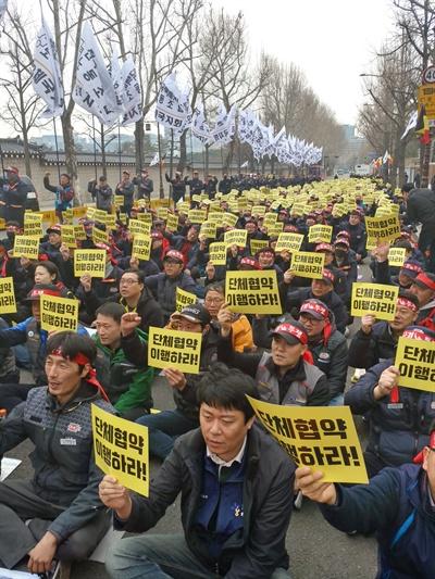 전국택배연대노동조합 소속 노동자들이 25일 오후 서울 청와대 앞에서 우정사업본부를 규탄하는 집회를 열었다.