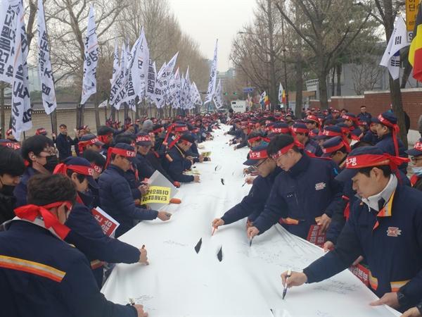 전국택배연대노동조합 우체국본부 노조원들이 25일 오후 서울 청와대 앞에서 우정사업본부 규탄대회를 갖고 퍼포먼스를 하고 있다.