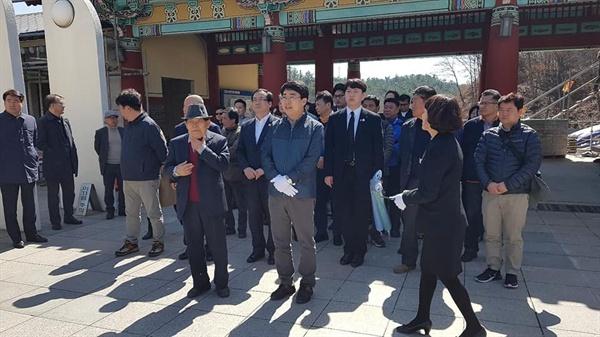 맹정호 서산시장을 비롯해 민주당 서산. 태안지역위원회 그리고 서산시민 등 80여 명은 24일 광주 5.18 민주묘역을 찾아 참배와 헌화에 나섰다.