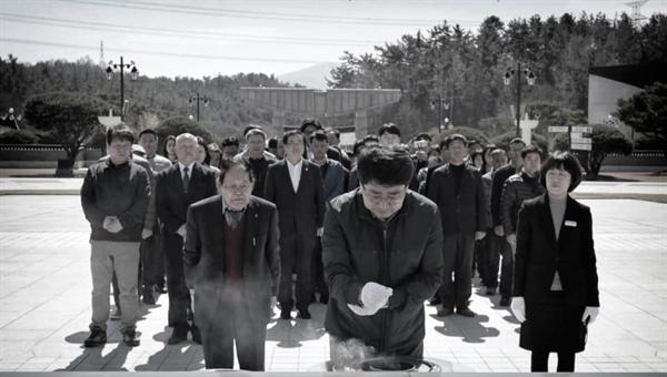 맹정호 서산시장을 비롯해 민주당 서산. 태안지역위원회 그리고 서산시민 등 80여 명은 지난 24일 광주 5.18 민주묘역을 찾아 참배와 헌화에 나섰다.