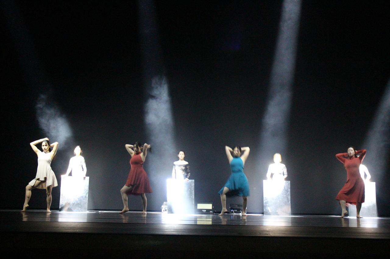 거울아 거울아 이 세상에서 누가 예쁘니? 여자의 몸을 춤을 통해 표현하고 있는 모습이다.