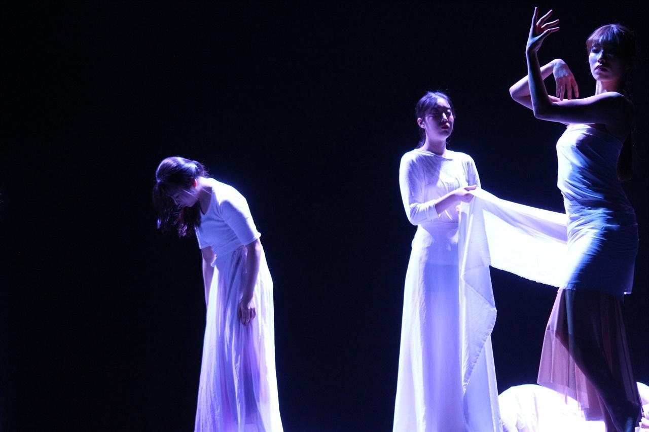여자의 몸에 대해 표현한 동작 여자들의 모습을 춤으로 표현한 동작.