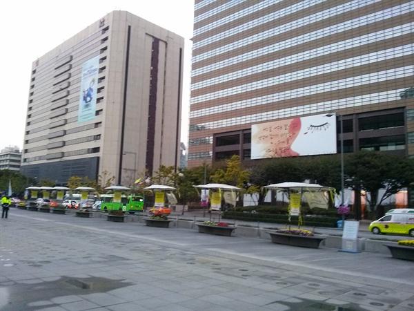 서울 광화문광장 동편의 KT 건물(왼쪽).