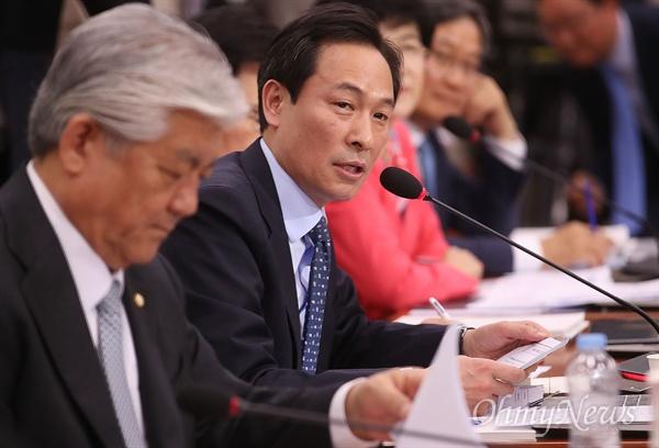 우상호 더불어민주당 의원이 26일 오전 서울 여의도 국회에서 열린 박양우 문화체육관광부 장관 후보자 인사청문회에 참석해 CJ ENM 사외이사 경력 문제와 영화인들의 지명 철회 요구에 대해 질문하고 있다.