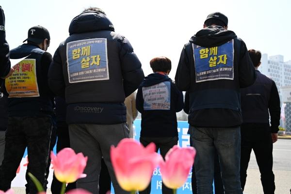 봄꽃이 피었지만 봄꽃이 피었지만 한국지엠 노동자들의 '함께살자'등벽보는 색을 바래가며 이들의 투쟁을 말해주고 있다.