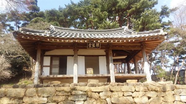 환벽당은 조선 중기의 문신, 사촌(沙村) 김윤제(金允悌 1501~1572)가 1540년에 지은 별서정원이다. 국가 명승 제107호