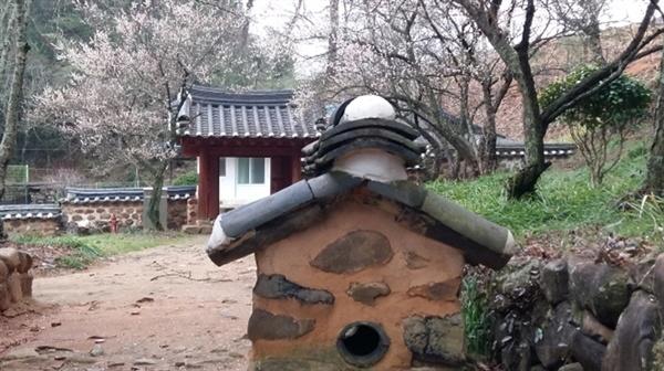 키 낮은 굴뚝이 정자와 조화를 이룬다