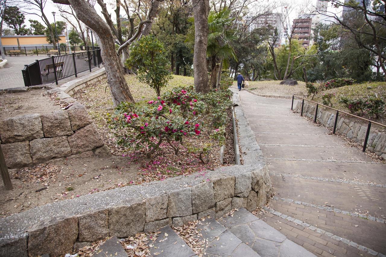 이쿠타마 지허벙커 방향으로 내려가는 계단