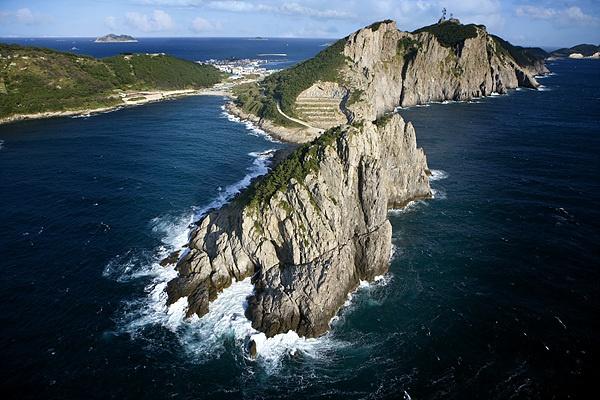 영화 <나바론요새>에 나오는 절벽을 닮았다고해 붙여진 이름 '나바론 하늘길'로 절벽을 오르내리며 멋진 바다를 감상할 수 있는 둘레길이다