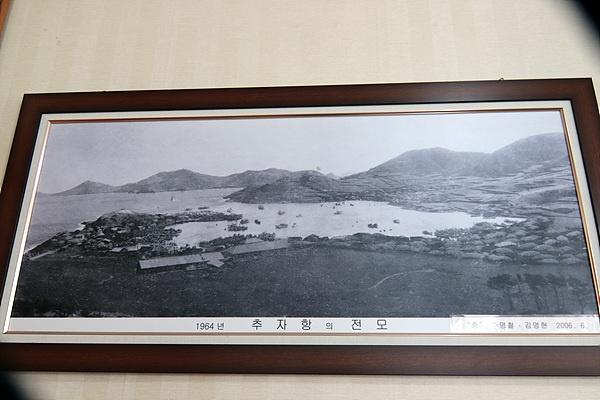추자도수산업협동조합 사무실에 걸린 1964년 당시의 추자도 모습으로 대부분이 초가집이다