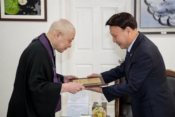 강임준 군산 시장에게 명예시민증 받는 이치노헤 스님(왼쪽)