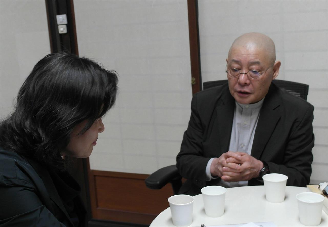 원영금 통역사의 질문에 답하는 이치노헤 스님