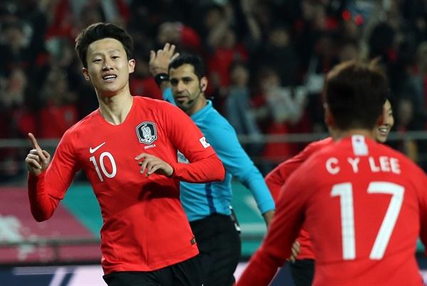 내가 넣었다 26일 서울월드컵경기장에서 열린 축구 국가대표팀 한국과 콜롬비아의 평가전. 이재성이 두번째 골을 성공시킨 뒤 손흥민 등 동료들과 환호하고 있다.