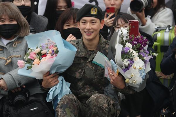 '전역 축하합니다' 27일 경기도 양주시 육군 25사단에서 배우 임시완이 전역한 뒤 팬들과 기념촬영하고 있다.