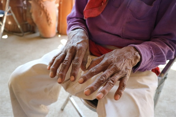 장인의 손. 그의 손은 보는 손이다.