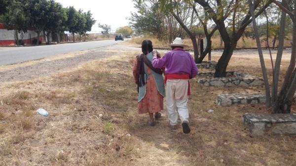보이지 않는 두눈을 대신하는 아내의 어깨에 손을 얹고 길을 걷는 돈 호세.