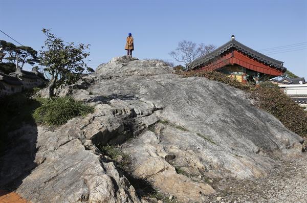 풍수지리의 시조인 도선국사의 전설이 서려 있는 국사암. 오른편의 기와지붕의 사당은 최지몽의 위패를 모시고 있는 국암사다.