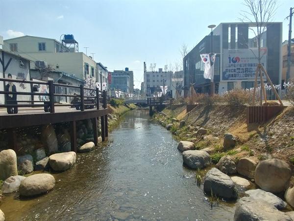 밀양시는 '콘텐츠의 접근성'을 이유로 박시춘 기념관(가칭 가요박물관)을 해천변 항일테마거리에 지으려 했다.