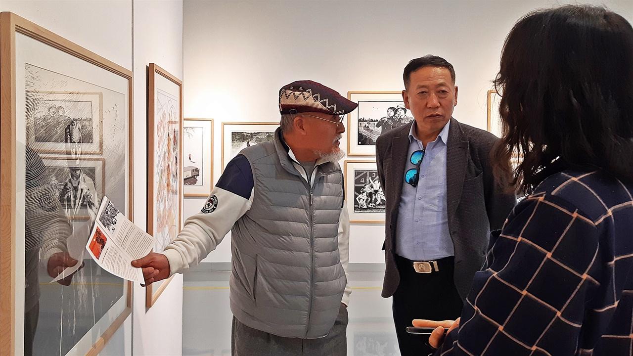 김준권·이광균 진천군립 생거판화미술관에 5월 31일까지 전시되는 북한의 현대 판화를 협조한 중국의 이광균 교수와 전시를 주관한 김준권 작가가 전시장을 둘러보고 있다.