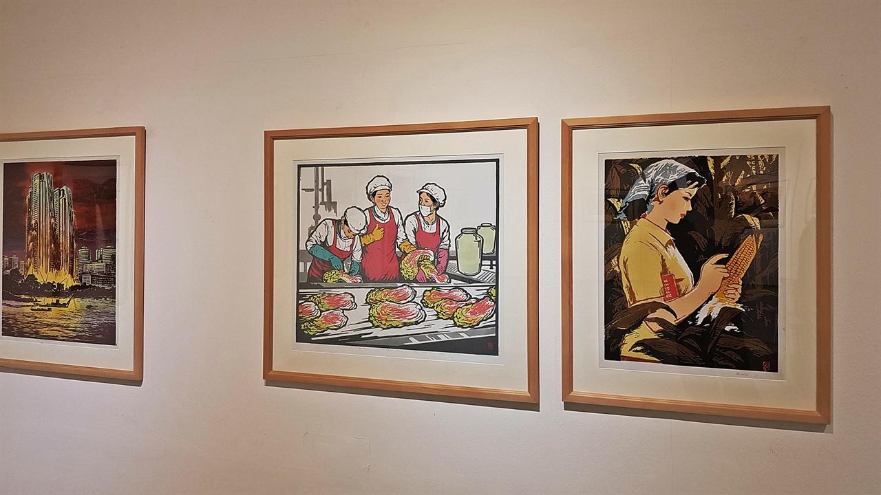 북한의 생활 판화 생거판화미술관에 전시된 북한의 현대 판화 작품 속에서 북한의 생활상을 다룬 작품도 있어 어렵지 않게 그들의 살아가는 모습을 만날 수 있다.