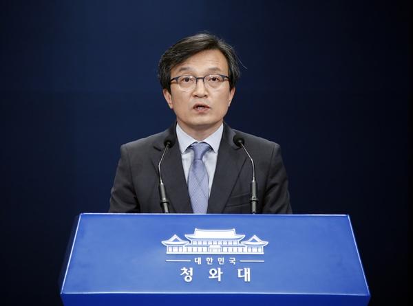 청와대 김의겸 대변인. 사진은 지난 18일 오후 춘추관 대브리핑룸에서 브리핑을 하고 있는 모습.