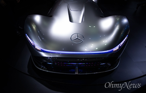 28일 오전 경기도 고양시 킨텍스에서 2019 서울모터쇼 프레스데이 행사에 벤츠 전기차 비전 EQ 실버 애로우가 전시 되어 있다.
