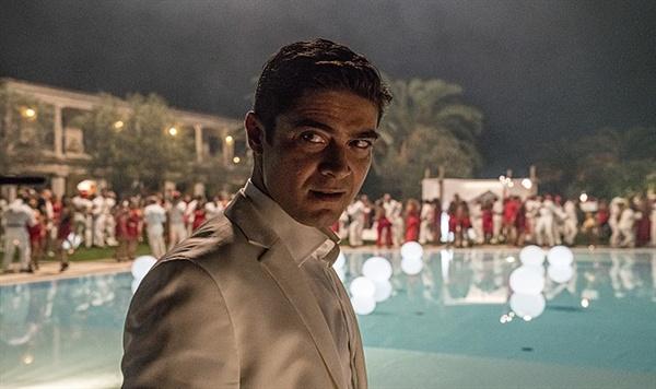 영화 <그때 그들> 한 장면. 야망에 찬 사업가 세르조를 연기한 리카르도 스카마르치오. 영화 전반부를 장악하는 세르조는 베를루스코니의 젊은 시절을 그대로 옮긴 듯한 인물이다.