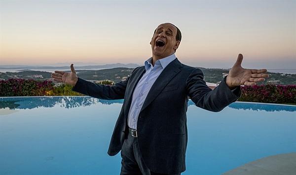 영화 <그때 그들> 한 장면. 파올로 소렌티노 감독의 페르소나라 불리는 토니 세르빌로가 실비오 베를루스코니 이탈리아 전 총리를 연기했다.