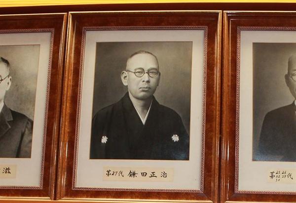 安重根の官選弁護人を務めた鎌田正治の寫眞が高知市役所にあげられていた。 彼は後に高知縣議會27代議長を務めた.