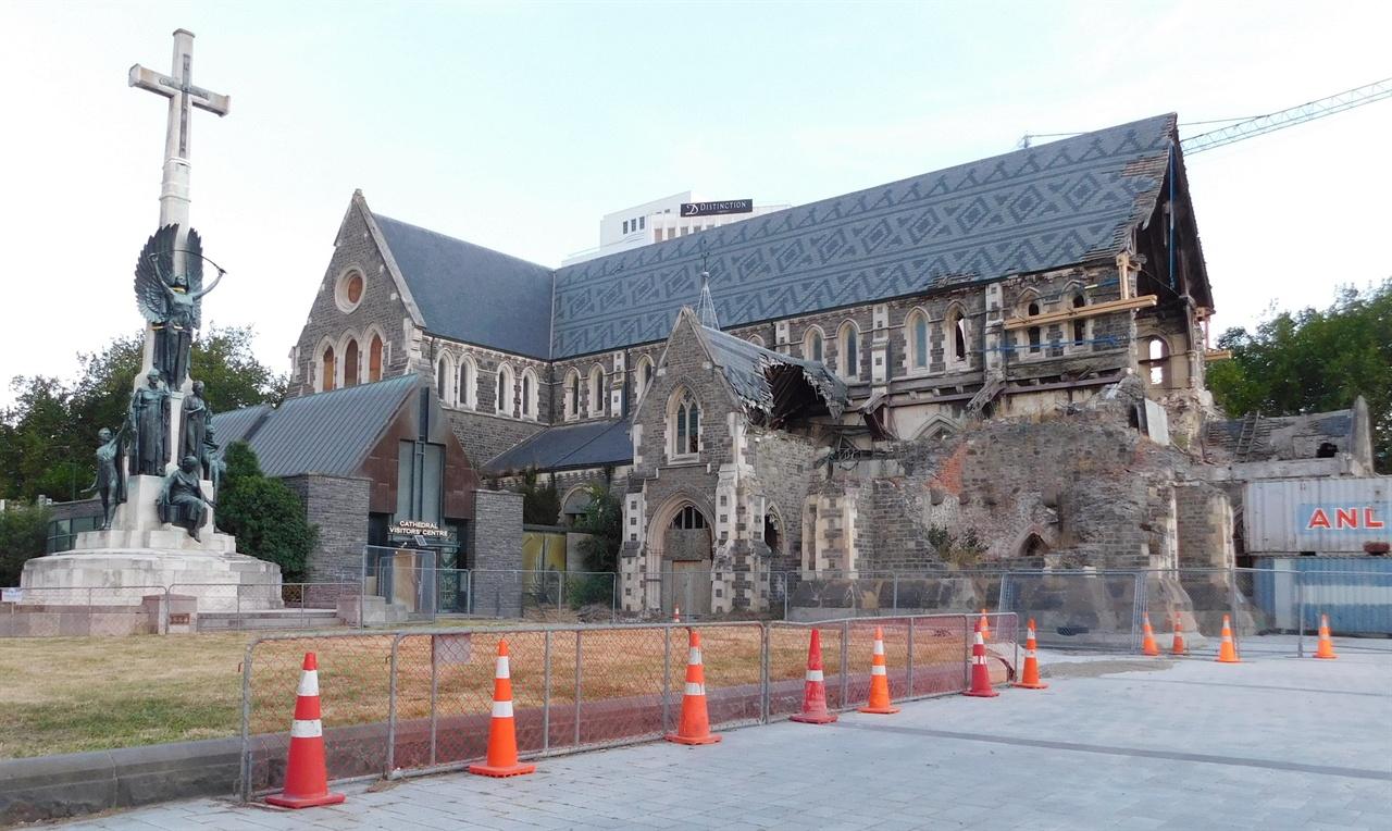 지진이 일어난 지 오래 되었지만 아직도 복구가 끝나지 않은 교회 건물.