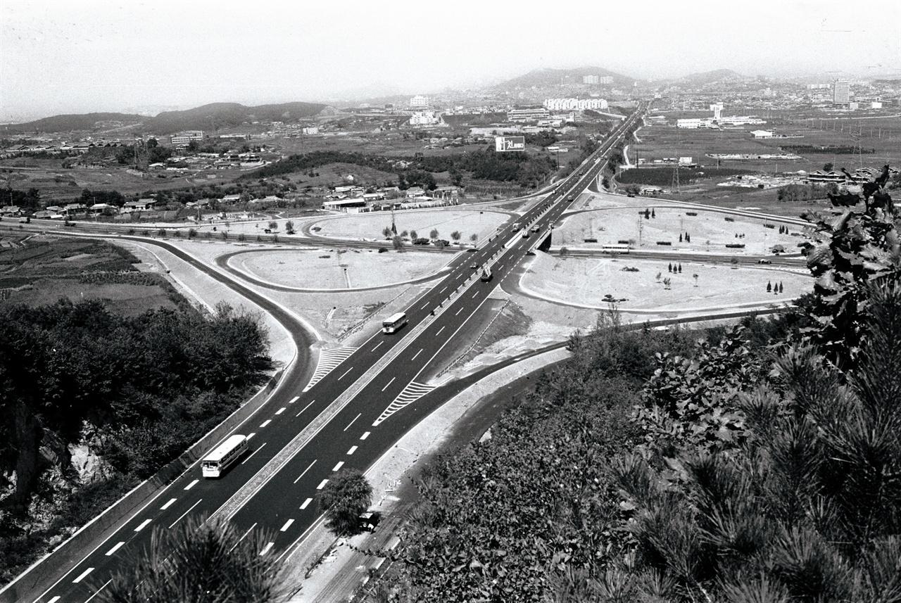 경부고속도로 양재나들목 총 길이 428km의 경부고속도로. 당시 돈으로 1km당 거의 1억원의 공사비가 들었다. 경부고속도로는 한국의 토목기술, 자동차 산업, 지역 개발에 큰 영향을 미쳤다.