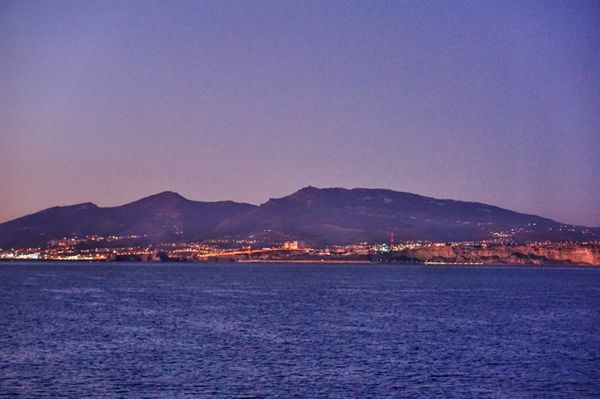 스페인 모트릴에서 밤 늦게 출발한 배는 다음날 이른 아침 모로코 나도르에 닿았다. 바다 건너 보이는 육지가 모로코이다.