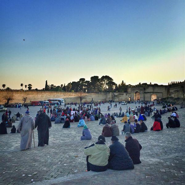 페스 광장의 사람들. 매일 해질녘이면 많은 모로코 사람들은 길가에 나와 이야기를 나눈다.