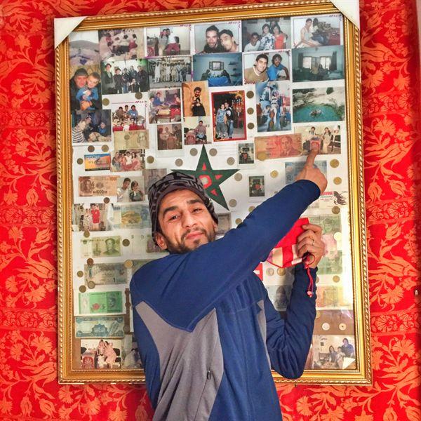 호스텔 리셉션에 전시된 여행자들의 사진을 보여주는 호스텔 관리인 무스타파 씨. 이 머나먼 타지의 숙소에 기적처럼, 9년 전 이곳에 머물렀던 어머니와 동생의 사진이 전시되어 있었다.