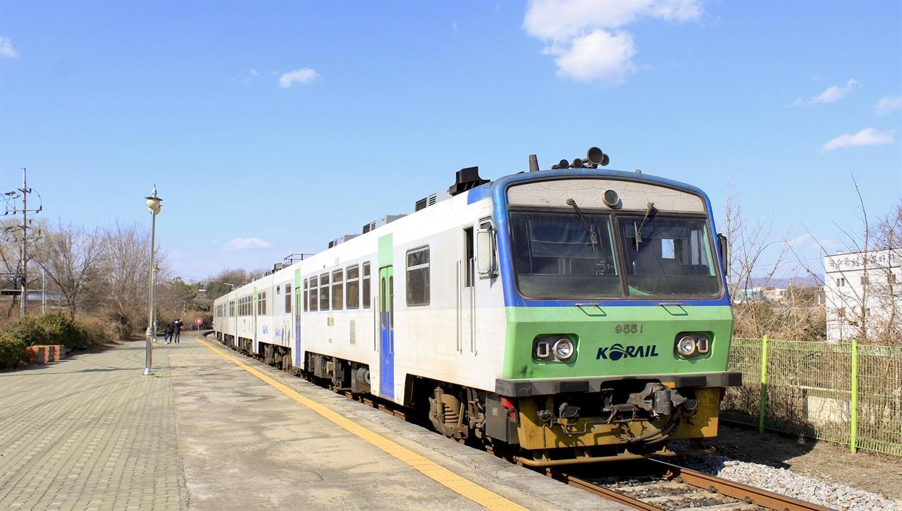 한탄강역을 빠져나가는 통근열차. 통근열차는 3월 31일부터 2021년까지, 또는 기약 없는 운행 중단에 들어간다.