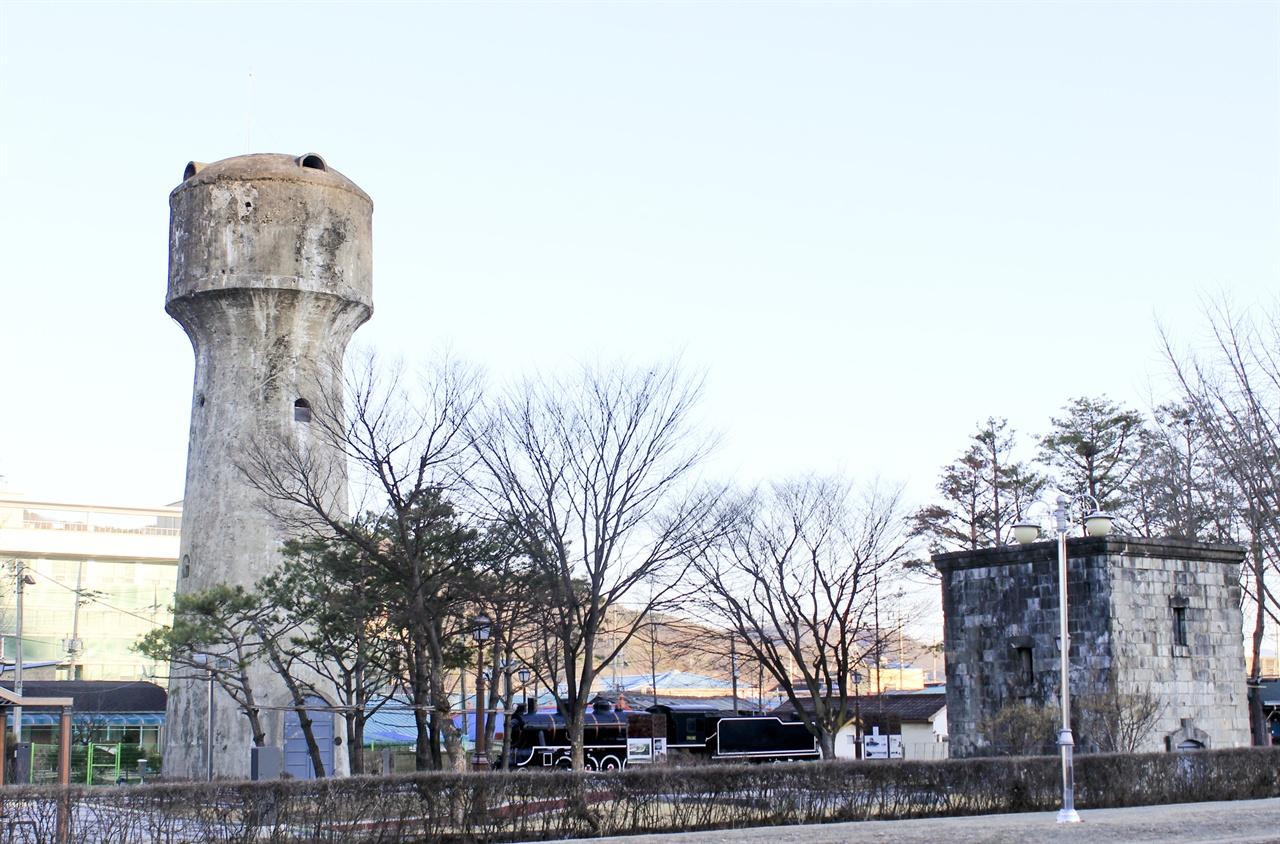 연천역 앞에 위치한 급수탑과 증기기관차(중앙)의 모습. 오른쪽 급수탑에는 6.25 전쟁 당시 맞은 총탄의 흔적이 가득하다.
