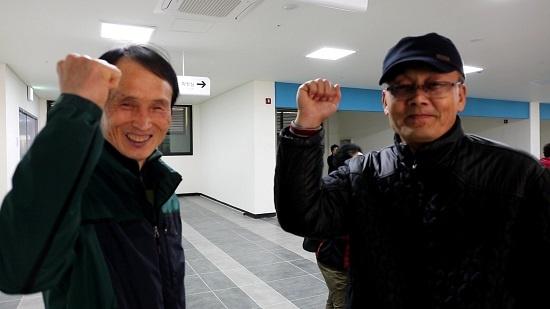 청풍면 주민 김정(왼쪽) 씨가 함께 온 동네 친구에게 쉽지 않았던 청풍호반 케이블카 공사 과정을 들려주면서 유명 관광지가 되길 바라는 마음으로 파이팅을 외치고 있다.