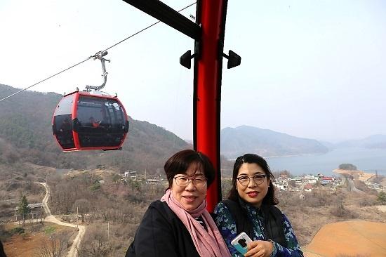 장락동 주민 신민경(오른쪽) 씨가 직장 동료와 함께 케이블카를 탑승해 셀카도 찍으며 즐거운시간을 보냈다.