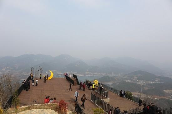 청풍호반 케이블카를 타고 비봉산에 오른 관광객들이 청풍호 일대를 구경하며 각자 추억을 남기고 있다.