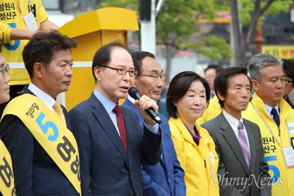 4.3 창원성산 국회의원 보궐선거에 나선 정의당 여영국 후보는 3월 30일 오후 창원 상남동 분수광장에서 '민주-진보-시민선대위 출범식'을 열었고, 권영길 전 의원이 발언하고 있다.