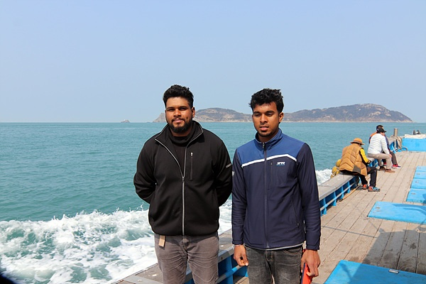 """일행을 태운 배에는 스리랑카에서 온 젊은이 두명이 일하고 있었다. 추자도에 온지 3년째라는 그들은 """"섬 생활이 괜찮다""""고 대답했다"""