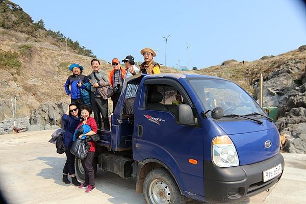 다음 일정이 바빠  김영태 이장 소유 트럭을 타고 선착장으로 이동했다. 섬의 유일한 교통수단이다. 일행 중에는 사진작가들도 동참했다