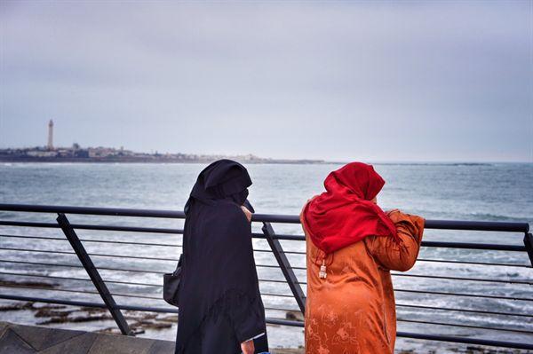 카사블랑카 해변을 산책하는 주민들. 히잡을 쓴 사람들도 많다. 대서양과 지중해가 만나는 지점의 주요 항구도시 카사블랑카는 포르투갈, 스페인, 프랑스의 식민지를 차례로 겪은 곳이다.
