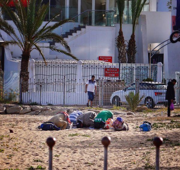 아가디르 해변. 어디에 있든 시간에 맞춰 절하고 기도를 하는 사람들.