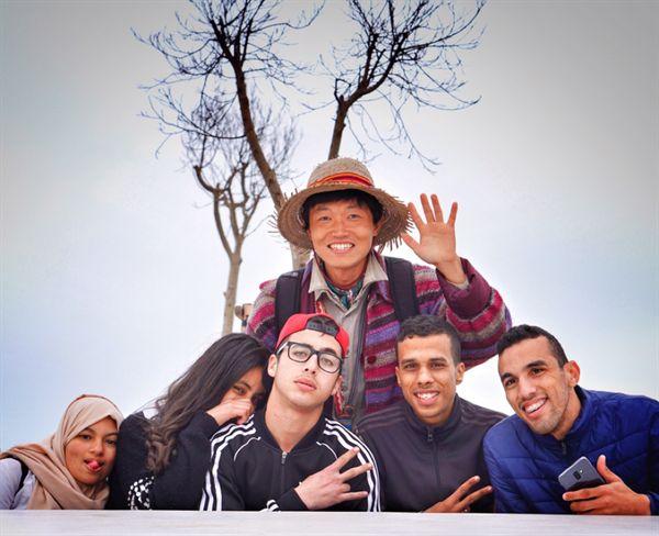 왼쪽에서부터 하스나 아노우차(Hassna Anoucha)씨, 레다(Reda)씨, 아흐메드 주니어(Ahmed Junior)씨, 기타 바흐보타(Ghita Bajbota)씨, 모라드 코우참(Mourad Khoucham)씨