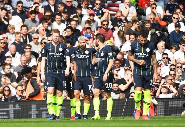 2019년 3월 30일 영국 런던의 크레이븐 코티지 경기장에서 열린 EPL 풀럼과 맨체스터 시티의 경기. 맨 시티의 아구에로(왼쪽에서 두 번째)가 득점 후 케빈 데 브라이너(왼쪽 첫 번째) 등 동료들과 자축하고 있다.